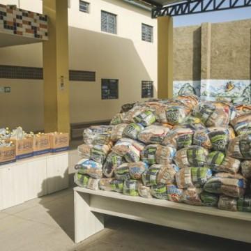 PCR entrega alimentos, materiais de limpeza e pedagógicos