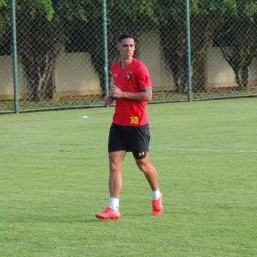 Com Lazaroni vetado, Guto Ferreira deve voltar a improvisar a lateral-esquerda