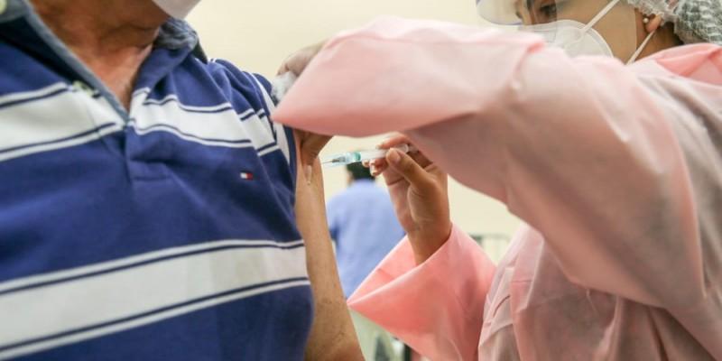 Após ampliar grupos prioritários para serem imunizados, Prefeitura abre novo ponto de drive-thru no TRF-5, no Bairro do Recife