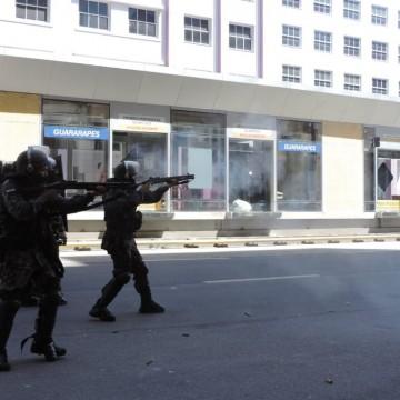 Estado diz que não existe PM paralela após policiais atirarem balas de borrachas e spray de pimenta em manifestantes