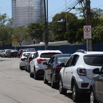 Drive-thru instalado no Centro de Convenções de PE gera filas extensas de carros