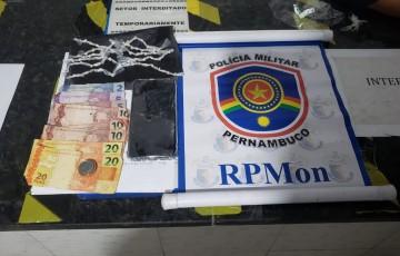 CAVALARIA PRENDE MULHER COM 55 PEDRAS DE CRACK NO BAIRRO DO SALGADO EM CARUARU