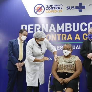 Técnica de enfermagem é a primeira pernambucana vacinada contra a Covid-19
