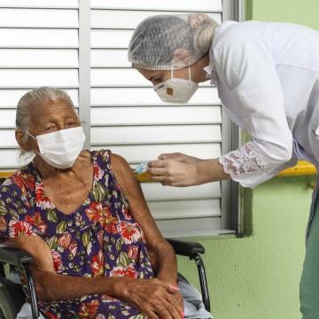 Cuidado com idosos e a importância da imunização contra a covid-19