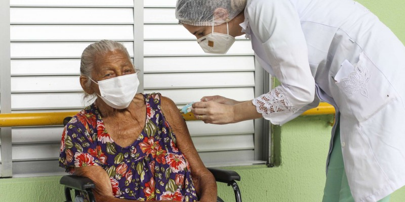 """""""Os familiares que tomam conta desses idosos devem incentivá-los a tomar a vacina e garantir a imunização deles"""", afirmou o geriatra, Dr. Athos Macedo"""