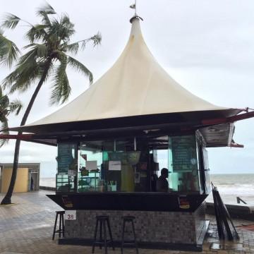 Chuvas fortes afetam comércio na orla do Recife