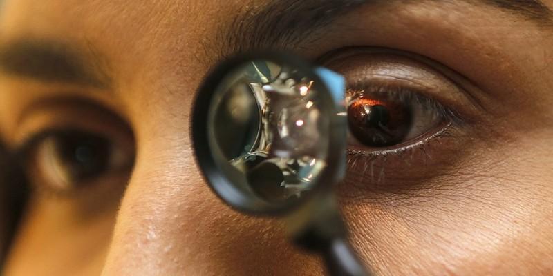 Oftalmologista ressalta que evitar levar as mãos aos olhos e usar colírios lubrificantes ajudam a evitar doenças que costumam aparecer com frequência nesta época do ano