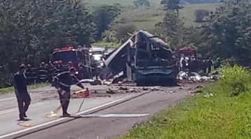 ACIDENTE ENTRE ÔNIBUS E CAMINHÃO DEIXA VÁRIOS MORTOS E FERIDOS EM SP