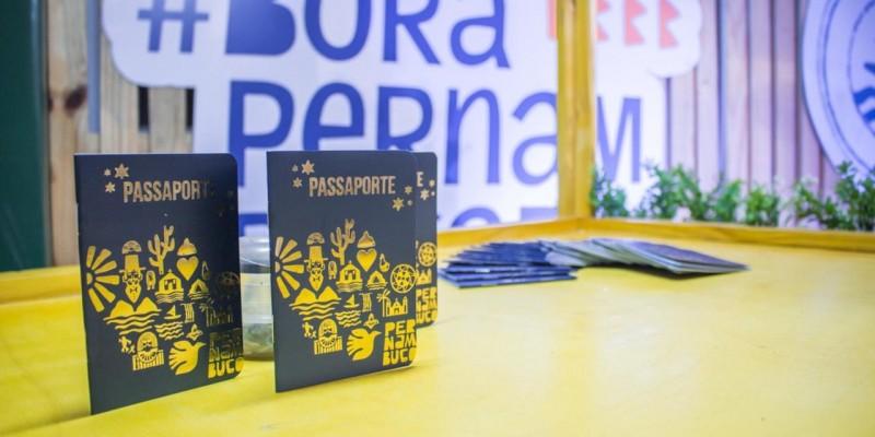Documento virou objeto de desejo de turistas e pernambucanos e pode ser adquirido gratuitamente nos centros de atendimento ao turista