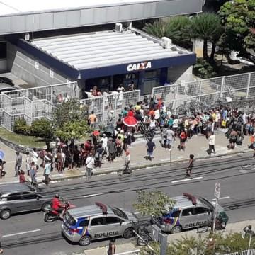 Longas filas no pagamento do auxílio emergencial