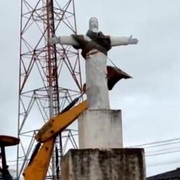 Imagem de Cristo é derrubada e gera insatisfação
