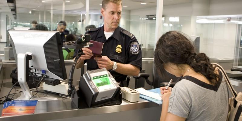Conheça o cotidiano dos agentes de imigração americana na primeira reportagem especial do #MadeInBrasil