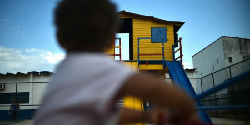 O benefício, equivalente a meio salário-mínimo (hoje R$ 550), será pago mensalmente até o jovem completar 18 anos