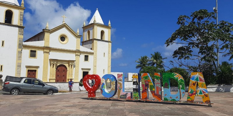 A arte foi confeccionada pelo artesão olindense Flávio Nascimento e grafitada pelo Carlos André, artista que vem embelezando a cidade