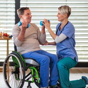 Equipamento de fisioterapia apoia idosos no Abrigo Cristo Redentor