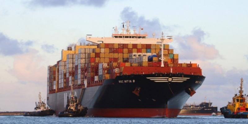 Com 336 metros de comprimento e 48 de largura, a embarcação atracou para o desembarque de 233 contêineres e embarque de 55, num total de 288 movimentados