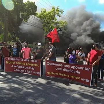 Servidores do Recife protestam contra mudanças propostas por João Campos na previdência