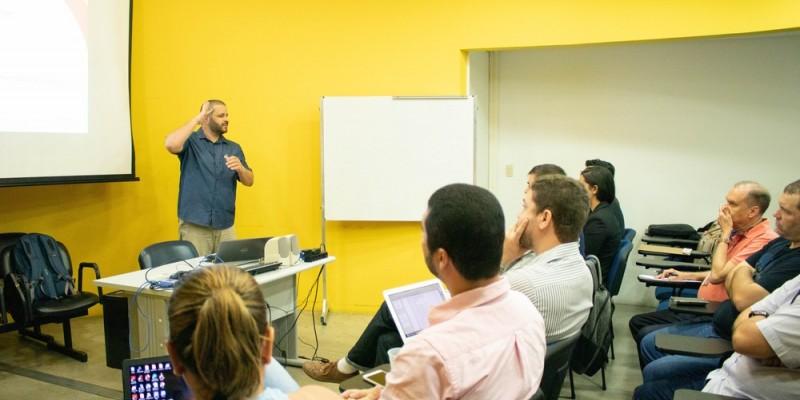 De acordo com Marcelo, a principal barreira enfrentada durante toda a trajetória acadêmica é a desinformação da sociedade sobre o cotidiano de pessoas surdas