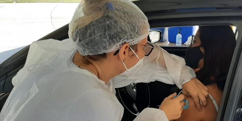A partir das 20h desta quarta-feira (9), a Prefeitura do Recife vai liberar o agendamento da vacina contra a covid-19 para pessoas a partir de 43 anos