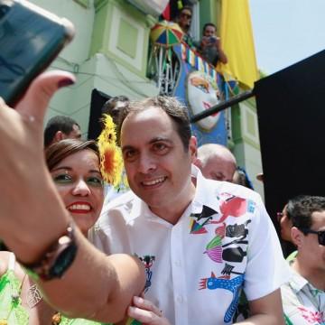 Paulo Câmara prestigia a folia dos papangus de Bezerros