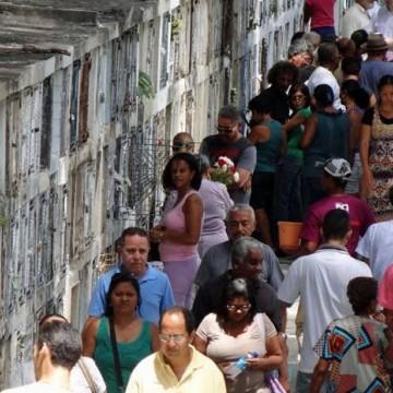 Dia dos finados é marcado por homenagens e orações no Recife
