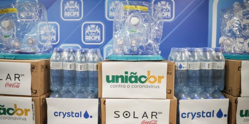 Os capacetes serão entregues ao Hospital Eduardo Campos da Pessoa Idosa e as garrafas de água serão utilizadas nos centros de vacinação