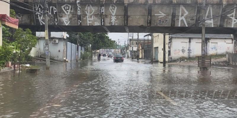 O resultado é queda de barreira somado a trânsito intenso devido as ruas alagadas