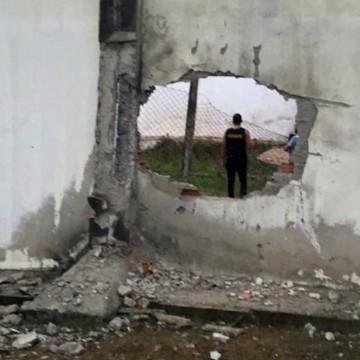 Presos explodem muro e fogem de penitenciária em Limoeiro