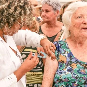 Idosos e profissionais de saúde começam a ser vacinados contra a gripe