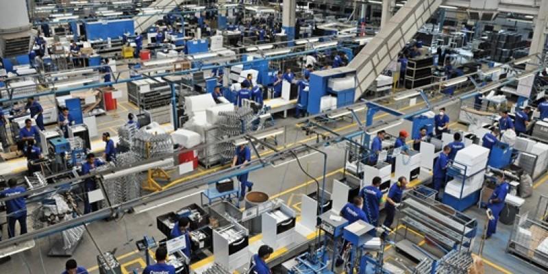 Apesar de queda na produção industrial, emprego não caiu em abril
