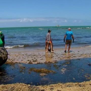 Amostras de água das praias atingidas por óleo serão analisadas pela UFPE e CPRH