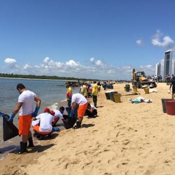 Manchas de óleo chegam a praia de Barra de Jangada, em Jaboatão dos Guararapes