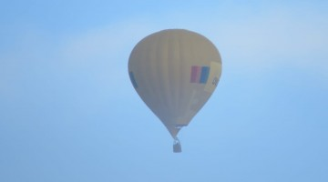 Balão chama atenção sobrevoando Caruaru