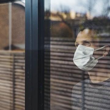 Sair de casa com sintomas gripais ou testagem positiva para covid-19 é crime