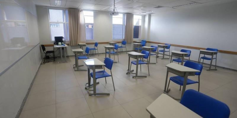A volta dos alunos do terceiro ano do ensino médio deveria ter acontecido na última terça-feira (6), mas a batalha judicial entre professores, governo e colégios impediu o cumprimento do cronograma