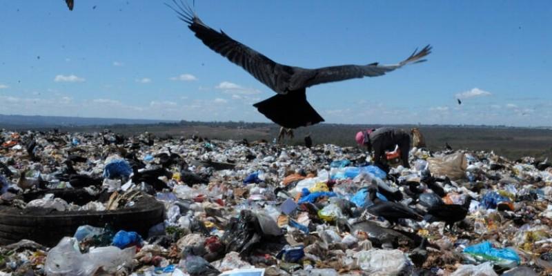 Como uma forma de diminuir o impacto negativo que os lixões causam, o (TCE) Tribunal de Contas do Estado, realiza ações de controle e organização para a modificação dos lixões para aterros sanitários.