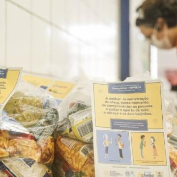 Estudantes da rede pública do Recife recebem kits de alimentação e limpeza