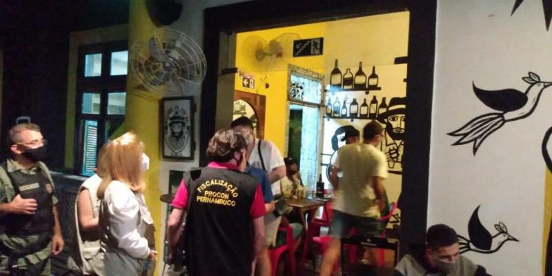 Bar é interditado em fiscalização do Procon-PE no Grande Recife