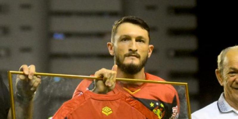 O clube ainda fez uma repactuação de dívidas com o atleta, que está no Recife desde 2017