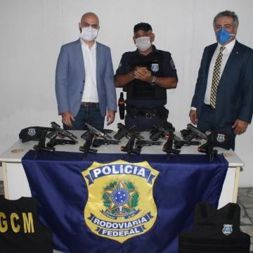 Prefeitura do Ipojuca recebe doação de 120 armas da PRF para a Guarda Municipal