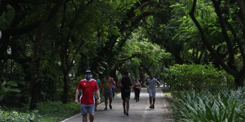 No parque da Jaqueira, na Zona Norte, agentes da prefeitura só liberaram a entrada de quem estava com a máscara