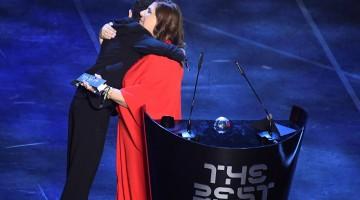 Mãe que narra jogos para filho cego vence prêmio