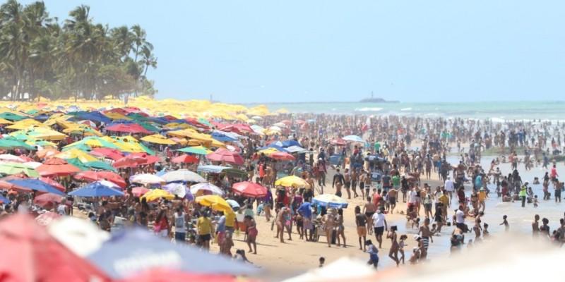 Nas praias do Estado, muitas pessoas estavam sem máscaras realizando atividades físicas ou ainda circulando sem ligar para as medidas de distanciamento ou para o uso de proteção individual