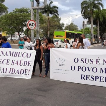 Protesto dos técnicos em enfermagem interdita trânsito na Agamenon Magalhães