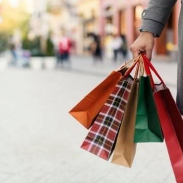 Intenção de consumo das famílias brasileiras cai para 0,8% no mês de dezembro