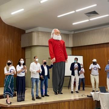 Boneco gigante homenageia Paulo Freire, patrono da educação brasileira
