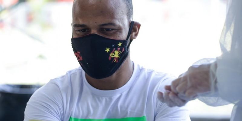 Dos jogadores do elenco profissional, somente os atacantes Hernane Brocador e Leandro Barcia não foram testados