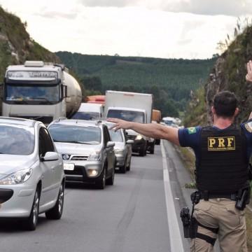 Ação conjunta orienta motoristas sobre saúde e segurança em posto da PRF em São Caetano