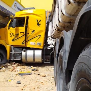 Motorista de caminhão perde controle e invade agência dos Correios na Avenida Norte