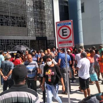 Pessoas se aglomeram na frente da Receita Federal para regularizar CPF, mas o atendimento é online